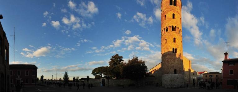 La sera per le vie del Borgo: Caorle