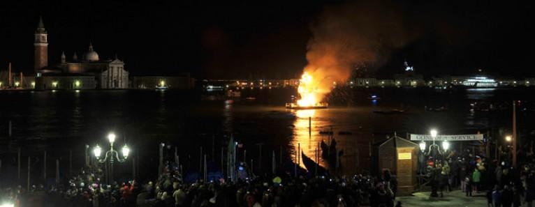 """La """"scultura di fuoco"""" e La Vogata del Silenzio – Carnevale di Venezia 2013"""