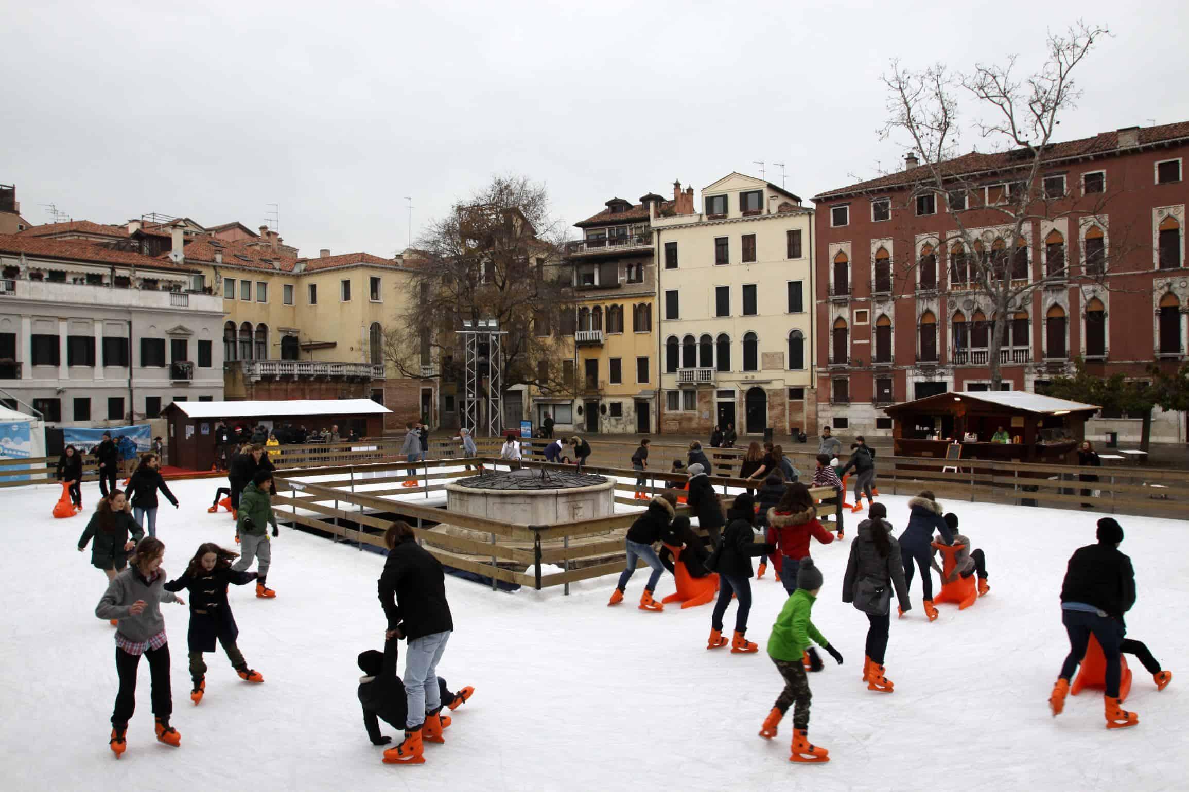 Pista di pattinaggio sul ghiaccio a Venezia in Campo San Polo