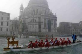 La regata dei Babbi Natale torna in Canal Grande rega